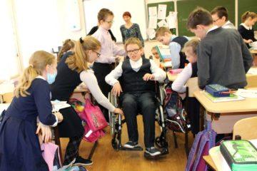 Занятие в МБОУ «Классическая гимназия №54 «Воскресение», урок «Имитация», на котором дети «примеряют» на себя инвалидность. Ведущая - Юлия Надежина, СГООИК «Десница»